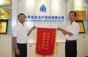 广西上思县领导向集团董事长洪锡标赠送锦旗